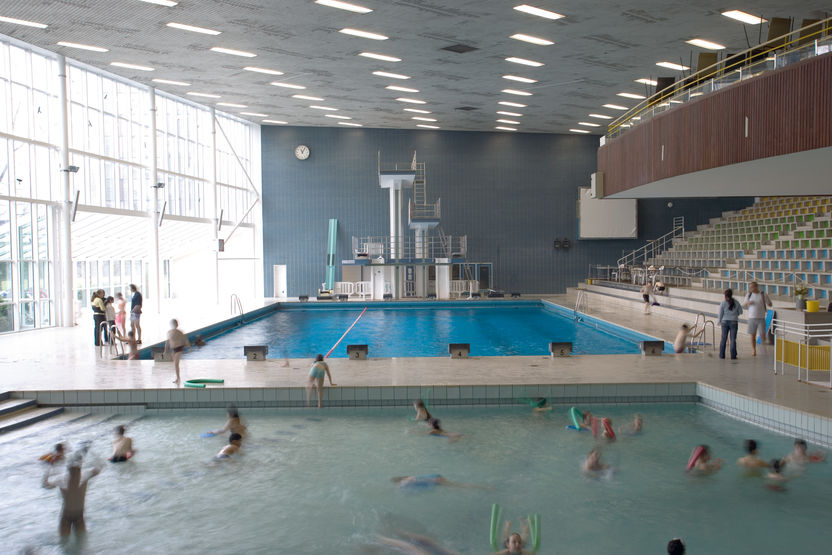 Lighting of indoor swimming pools