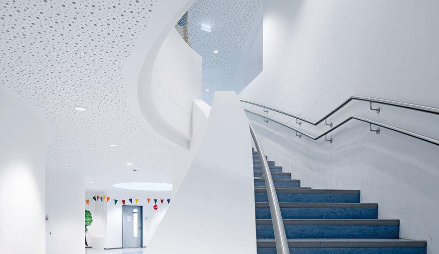 iluminaci n led para las zonas con escaleras trilux. Black Bedroom Furniture Sets. Home Design Ideas